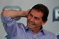 """ATENÇÃO EDITOR: FOTO EMBARGADA PARA VEÍCULOS INTERNACIONAIS. SAO PAULO, SP, 20 DE SETEMBRO DE 2012.ELEICAO SAO PAULO 2012 - SABATINA R7 - PAULINHO DA FORÇA. O candidato do PDT a prefeitura de SP, Paulinho da Força, durante sabatina realizada pelo site R7 e pelo canal de TV Record News, na tardes desta quinta feira nos estudios da Record News  na zona oeste da capital paulista.  O candidato responde a perguntas de jornalistas e internautas. O apresentador Heródoto Barbeiro é o mediador da sabatina  e tem ao seu lado os jornalistas Ricardo Kotscho, comentarista da Record News e blogueiro do R7, Marco Antônio Araújo, autor do blog O Provocador do R7 e Mário Simas Filho, diretor de núcleo da revista """"Isto É"""".   FOTO ADRIANA SPACA / BRAZIL PHOTO PRESS"""
