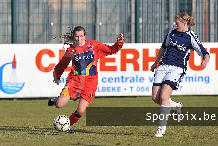 Rassing Harelbeke  - Oud Heverlee Leuven OHL : Karlijn Lycke aan de bal voor Sharon Vervaeke.Foto David Catry / vrouwenteam.be / loft6.be