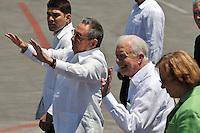 HAB16. LA HABANA (CUBA), 30/03/2011.- El presidente cubano, Raúl Castro (2i), despide al expresidente de Estados Unidos Jimmy Carter (2d) y a su esposa Rosalyn (d) hoy, miércoles 30 de marzo de 2011, en el aeropuerto José Martí de La Habana, al término de su visita de tres días a Cuba. EFE/Alejandro Ernesto