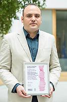 Pressegespraech zur Verleihung des 9. Amnesty Menschenrechtspreises am 16. April 2018 in Berlin.<br /> Amnesty International vergibt den Menschenrechtspreis 2018 an das Nadeem-Zentrum in Kairo als ein Zeichen gegen Folter in Aegypten.<br /> Stellvertretend fuer das Nadeem-Zentrum nahm der aegyptische Arzt und Menschenrechtsaktivist Taher Mukhtar (im Bild) entgegen, da die Betreiber des Zentrums nicht aus Aegypten ausreisen duerfen.<br /> 16.4.2018, Berlin<br /> Copyright: Christian-Ditsch.de<br /> [Inhaltsveraendernde Manipulation des Fotos nur nach ausdruecklicher Genehmigung des Fotografen. Vereinbarungen ueber Abtretung von Persoenlichkeitsrechten/Model Release der abgebildeten Person/Personen liegen nicht vor. NO MODEL RELEASE! Nur fuer Redaktionelle Zwecke. Don't publish without copyright Christian-Ditsch.de, Veroeffentlichung nur mit Fotografennennung, sowie gegen Honorar, MwSt. und Beleg. Konto: I N G - D i B a, IBAN DE58500105175400192269, BIC INGDDEFFXXX, Kontakt: post@christian-ditsch.de<br /> Bei der Bearbeitung der Dateiinformationen darf die Urheberkennzeichnung in den EXIF- und  IPTC-Daten nicht entfernt werden, diese sind in digitalen Medien nach &sect;95c UrhG rechtlich geschuetzt. Der Urhebervermerk wird gemaess &sect;13 UrhG verlangt.]