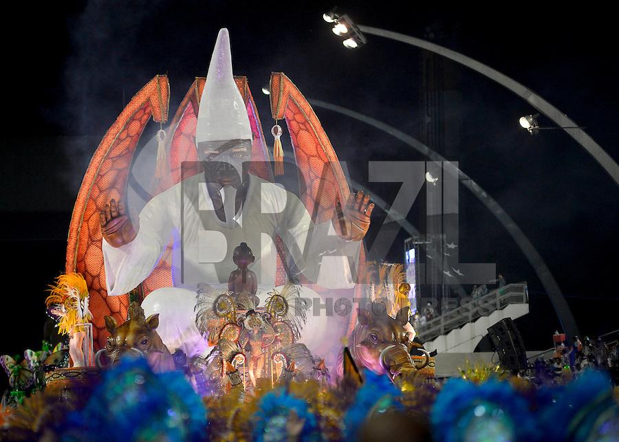 SÃO PAULO, SP, 15.02.2015, CARNAVAL 2015 - SÃO PAULO - GRUPO DE ACESSO / PERUCHE: Integrantes da escola de samba Unidos do Peruche, durante desfile do grupo de acesso do Carnaval de São Paulo, na noite deste domingo, 15. (Foto: Levi Bianco / Brazil Photo Press).