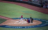 Johnny Monell de los Criollos de Caguas de Puerto Rico hace contacto con la pelota en su turno al bat, durante el partido de beisbol de la Serie del Caribe contra  Alazanes de Gamma de Cuba en estadio de los Charros de Jalisco en Guadalajara, México, Martes 6 feb 2018.  (Foto: AP/Luis Gutierrez)