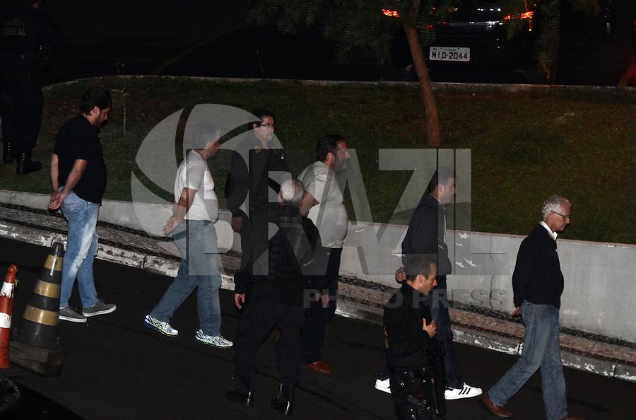 CURITIBA, PR, 22.03.2016: LAVA-JATO – Presos da 26ª Fase da operação Lava-Jato, chegam na sede da Policia Federal em Curitiba (PR) na noite desta terça-feira (22). (Foto: Paulo Lisboa/Brazil Photo Press)
