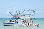 Turistas durante passeio de catamarã na Praia dos Carneiros, Tamandaré - PE, 12/2012.