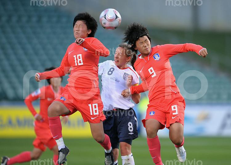 Fussball Frauen FIFA U 17  Weltmeisterschaft 2008     05.11.2008 England - Korea Hyun Young Lee (re, KOR) gegen  Jordan Nobbs (Mitte, ENG) und Min Sun Lee (li, KOR)