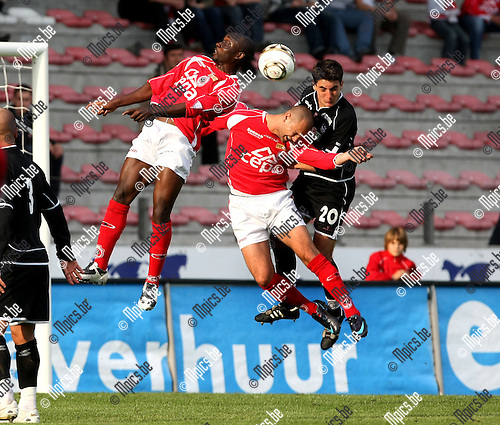 2008-10-12 / Voetbal / R. Antwerp FC - Ol. Charleroi / Spectakel in de lucht. Manu Kenmonge en Lukanovic (Antwerp) nemen het op tegen Leurquin..Foto: Maarten Straetemans (SMB)