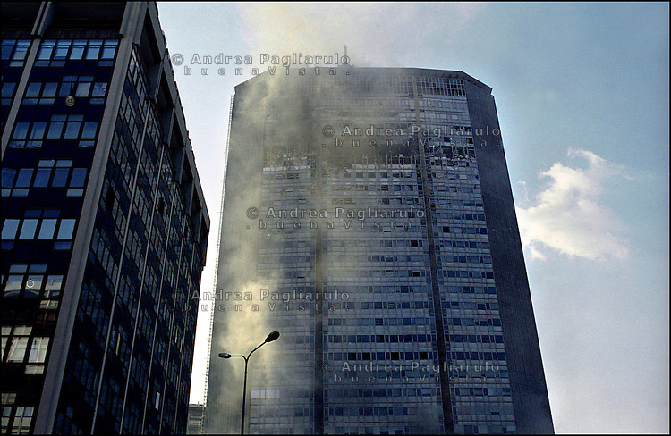 Italia, Milano, 14/04/2002. Il grattacielo Pirelli dopo l'incidente aereo. .Italy, Milan, 14/04/2002. The Pirelli skyscraper after the air crash..© Andrea Pagliarulo