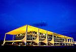 Vista noturna do Palácio do Planalto em Brasília. 1996. Foto de Salomon Cytrynowicz.