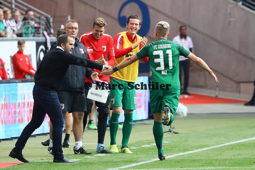 celebrate the goal, Torjubel zum 0:1 von Philipp Max (FC Augsburg), Trainer Manuel Baum (FC Augsburg) gratuliert - 16.09.2017: Eintracht Frankfurt vs. FC Augsburg, Commerzbank Arena