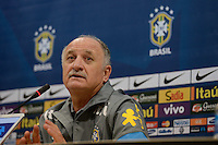 PEQUIM, CHINA, 14.10.2013 - TREINO SELECAO BRASILEIRA - O treinador do Brasil Luis Felipe Scolari durante coletiva de imprensa no Estadio Ninho do Passaro na China, nesta segunda-feira, vespera do amistoso contra a selecao Zambia. (Foto: VINCENT WEI / Brazil Photo Press).