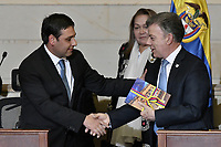 BOGOTÁ -COLOMBIA. 20-07-2017: Juan Manuel Santos, presidente de Colombia, saluda a Mauricio Lizcano, senador, durante la ceremonia de instalación de la legislatura 2017 2018 del Congreso de la República de Colombia realizado hoy, 20 de julio de 2017, en el salón Elíptico del Capitolio Nacional de Colombia en la ciudad de Bogotá. / Juan Manuel Santos, president of Colombia, greets with Mauricio Lizcano, senator, during the ceremony of installation of the Legistature 2017 2018 of the Congress of the Republic of Colombia made today, July 20 2017, at Ellipptical room of the National Capitol of Colombia in Bogota city. Photo: VizzorImage/ Gabriel Aponte / Staff