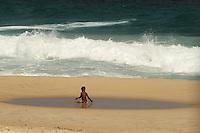 RIO DE JANEIRO, RJ, 28.10.2013 - CLIMA TEMPO LEBLON RJ - Movimentação no começo de semana na praia do Leblon com tarde de nessa segunda 28. (Foto: Levy Ribeiro / Brazil Photo Press)
