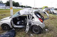 SAO PAULO,SP 17 DE JANEIRO 2013 -ACIDENTE ANCHIETA. O motorista pedeu o controle do seu carro e bateu no poste na Via Anchieta km 15 sentido Santos, ele não resistiu os ferimentos e acabou falecendo no local, nesta tarde de quinta-feira,17, na cidade de Sao Paulo. ADRIANO LIMA / BRAZIL PHOTO PRESS).