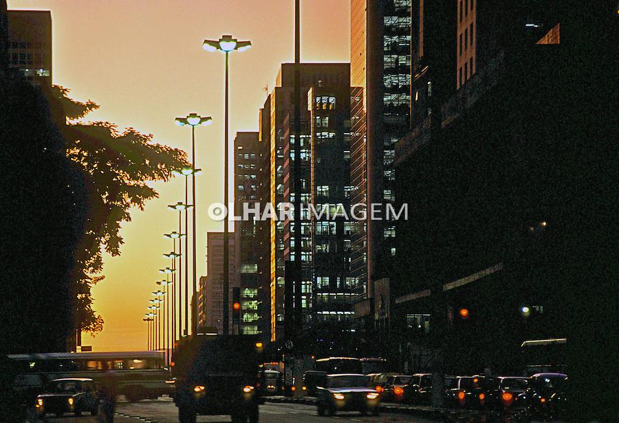 Entardecer na Avenida Paulista em São Paulo. 1996. Foto de Juca Martins.