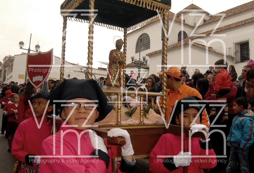 TUNJA -COLOMBIA. 17-04-2014. La procesión infantil de Semana Santa se lleva a cabo por las calles de Tunja, Colombia, en un recorrido de 2 km por las principales calles de Tunja./ Infant Easter procession takes place on the streets of Tunja, Colombia, a distance of 2 km along the main streets of Tunja. Photo:  VizzorImage/ José Miguel Palencia / Str