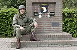 Foto: VidiPhoto<br /> <br /> HETEREN – De dertigjarige Martin Veggelers uit het Betuwse Heteren bij het monument langs de Rijndijk, ter herinnering aan de beroemde 101ste Airborne Divisie. Het legeronderdeel vocht niet alleen in Normandië, Eindhoven en (later) Bastogne (Ardennenoffensief), maar had ook een belangrijk aandeel in de bevrijding van de Betuwe en de verovering van het Adelaarsnest van Hitler in Berchtesgaden. Het uniform dat Veggelers draagt is een replica van dat van de 101ste Airborne Divisie.