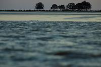 Na foz do Amazonas, fazendas com búfalos  criados em campos naturais alagados boa parte do ano, chuvas pesadas e ausência de pessoas predominam nesta região, onde o Amazonas leva sedimentos ao mar criando grandes manguezais no litoral da região. A força das águas, aliada ao fenômeno da Pororoca na foz do Amazonas, toras de madeira são jogadas na beira da vila Limão. A região das ilhas Cavianas, onde fica a vila,  é um dos últimos pedaços de terra no rio Amazonas em seu encontro com o  Atlântico.<br /> Marajó, Chaves, ilhas Caviana, Pará, Brasil.<br /> <br /> Foto: Paulo Santos<br /> <br /> 17/06/2011
