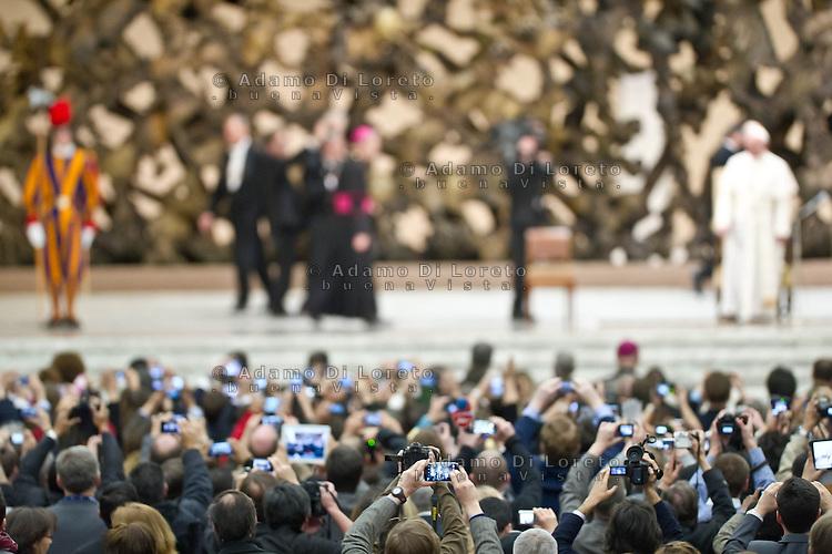 VATICANO 16/03/2012: L'arrivo di Papa Francesco nell'aula Paolo VI è la prima uscita pubblica davanti la stampa che immortalano l'evento. Foto Adamo Di Loreto/buenaVista* photo