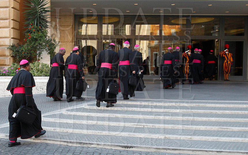 Vescovi arrivano per la sessione quotidiana del Sinodo sulla Famiglia, in Vaticano, 7 ottobre 2014.<br /> Bishops arrive for the daily session of the synod on family issues, at the Vatican, 7 October 2014. <br /> UPDATE IMAGES PRESS/Riccardo De Luca<br /> <br /> STRICTLY ONLY FOR EDITORIAL USE