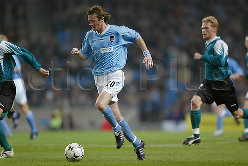 November 06, 2003: City midfielder STEVE McMANAMAN runs with the ball during the first leg of their Second Round UEFA Cup game against Groclin played at the City of Manchester Stadium. MANCHESTER CITY 1 v Groclin 1 Photo: Neil Tingle/action plus...soccer football 031106 man player
