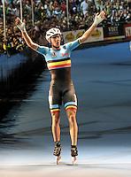 OOSTENDE – BELGICA – 23-08-2013: Bart Swings de Belgica, celebra la medalla de oro duante la prueba de los 10000 metros combinada mayores varones en el patinodromo Mundialista Track en Oostende,  Belgica, agosto 23 de 2013. (Foto: VizzorImage / Luis Ramirez / Staff). Bart Swings of Belgium, celebrates the gold medal during the testing of the 10000 meters combinate senior man´s  in the Mundialist Track in Oostende, Belgium, August 23, 2013. (Photo: VizzorImage / Luis Ramirez / Staff).