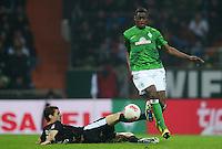 FUSSBALL   1. BUNDESLIGA   SAISON 2012/2013    22. SPIELTAG SV Werder Bremen - SC Freiburg                                16.02.2013 Johannes Flum (li, SC Freiburg) gegen Assani Lukimya (re, SV Werder Bremen)