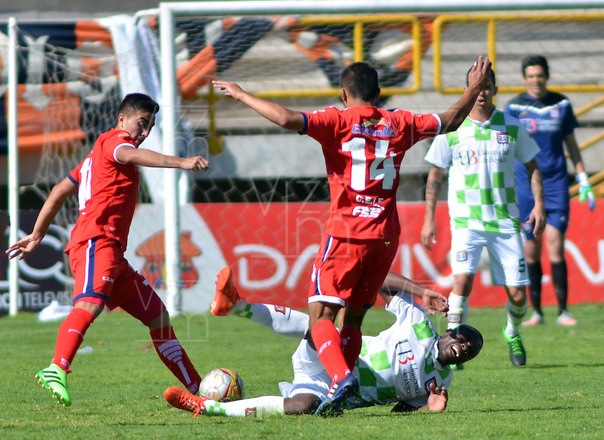 TUNJA - COLOMBIA -27 -02-2016: Deiner Cordoba (Der.) jugador de Boyaca Chico FC disputa el balón con John Duque (Izq.) jugador de Fortaleza FC, durante partido Boyaca Chico FC y Fortaleza FC, de la fecha 7 de la Liga Aguila I-2016, jugado en el estadio La Independencia de la ciudad de Tunja. / Deiner Cordoba (R) player of Boyaca Chico FC vies for the ball with John Duque (L) jugador of Fortaleza FC, during a match Boyaca Chico FC and Fortaleza FC, for the date 7 of the Liga Aguila I-2016 at the La Independencia  stadium in Tunja city, Photo: VizzorImage  / Cesar Melgarejo / Cont.