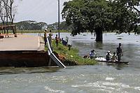 BOG03. SAN BENITO (COLOMBIA), 20/05/2011.-Habitantes se movilizan en canoas junto a un puente destruido por las aguas en la zona afectada por las inundaciones hoy, viernes 20 de mayo de 2011, debido a las permanentes lluvias en San Benito, norte de Colombia. La cifra de muertos por las lluvias que afectan a Colombia, desde abril de 2010, llegó a 452 y la de afectados a 3,4 millones, en 1.030 de los 1.120 municipios del país, reveló el Gobierno. EFE/MAURICIO DUEÑAS..