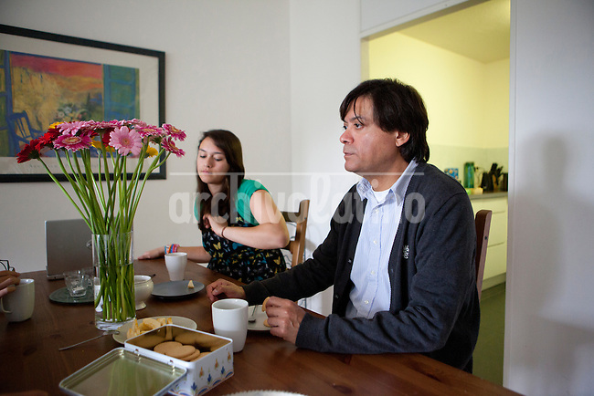 Enrique Bravo-Valdes and his daughter in their house in the Hague. Foto: Jan-Joseph Stok..