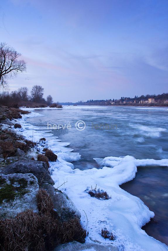 France, Nièvre (58), La Chârité-sur-Loire, gel exceptionnel sur la Loire en février 2012,  le fleuve commence à geler // France, Nievre, La Charite-sur-Loire, exceptional cold on the Loire in February 2012, the river starts to freeze