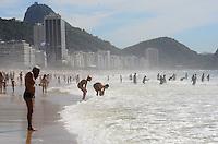 RIO DE JANEIRO, RJ, 16.11.2013 - CLIMA TEMPO / PRAIA / COPACABANA / RJ-  Movimentação na praia de copacabana com muito sol e calor, em Copacabana, zona sul da cidade do Rio de Janeiro, na manhã deste sábado, feriado da proclamação da república. (Foto: Marcelo Fonseca / Brazil Photo Press).