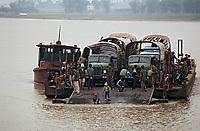 Asie/Vietnam/env d'Halong: bac de Fa Rung camions et voyageurs sur le bac