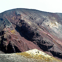 I colori differenti delle rocce dell'Etna sono creati dalla diversa concentrazione dei metalli che le compongono...The different colors of the rocks on the Etna volcano are created by the different concentration of the metals that compose it.