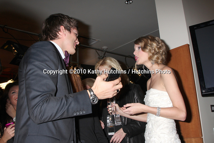Ashton Kutcher & Taylor Swift.in the Press Room at the 2010 People's Choice Awards.Nokia Theater.January 6, 2010.©2010 Kathy Hutchins / Hutchins Photo.
