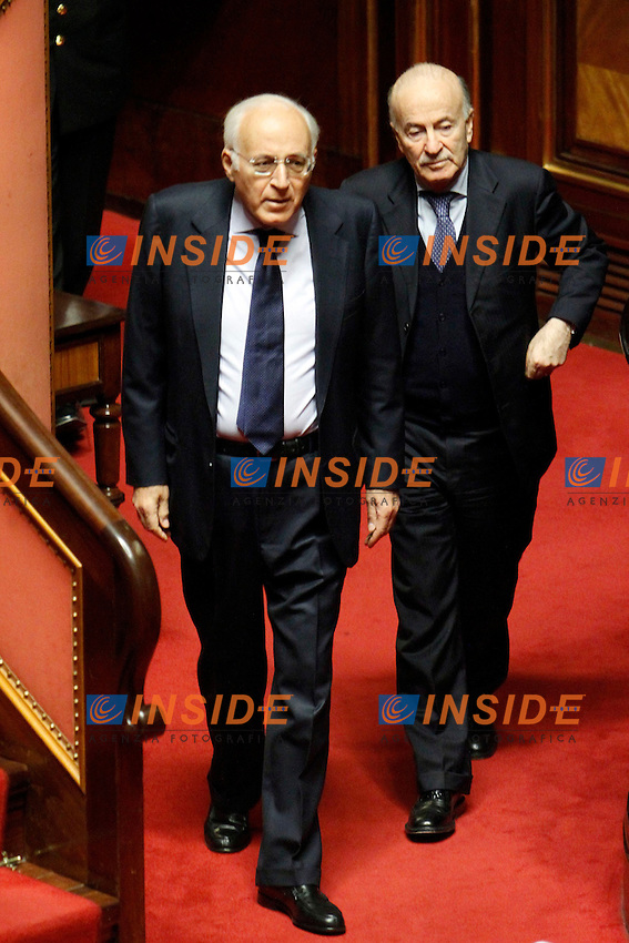 MASSIMO VARI SOTTOSEGRETARIO ALLO SVILUPPO ECONOMICO E GIOVANNI FERRARA SOTTOSEGRETARIO ALL'INTERNO.Roma 22/12/2011 Senato. Voto di Fiducia sulla Manovra Economica.Votation at Senate about austerity plan. .Photo Samantha Zucchi Insidefoto