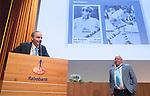 UTRECHT _ Algemene Ledenvergadering Utrecht, van de KNHB. Voorzitter Erik Cornelissen met Bas Maassen,  die terugtreedt als penningmeester. Aftredend penningmeester Bas Maassen is benoemd tot Lid van Verdienste.   Copyright Koen Suyk