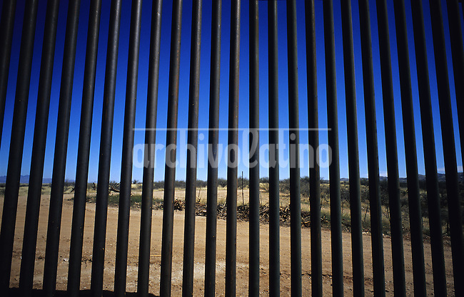 Reja construida por los Estados Unidos en la frontera con  Mexico, dividiendo desierto de Sasabe. Los inmigrantes realizan un largo rodeo para evitar esta muralla.........Fence built by the USA in the border with Mexico,  cuting by the middle Sasabe desert. The inmigrants take a large detour to avoid this wall and cross the border without being noticed.