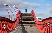 Nederland Amsterdam - 2020.  Brug die de wijken Borneo en Sporenburg verbindt in Amsterdam. De brug is ontworpen door West 8. Foto Berlinda van Dam / Hollandse Hoogte