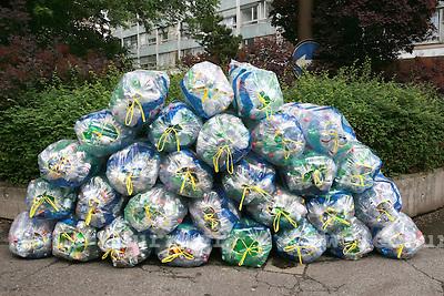 Genève, le 27.05.2008.Récupération de bouteilles en pet dans des sacs en plastique..© Le Courrier / J.-P. Di Silvestro