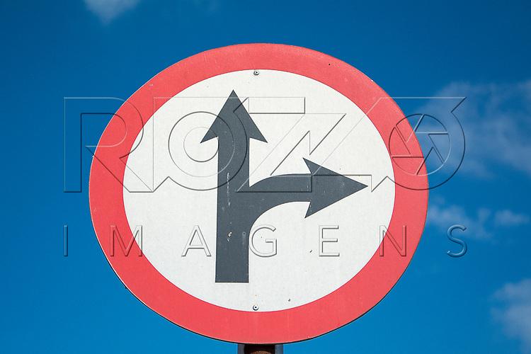 Placa de Siga em frente ou <br /> &agrave; direita, Aparecida - SP, 10/2016.