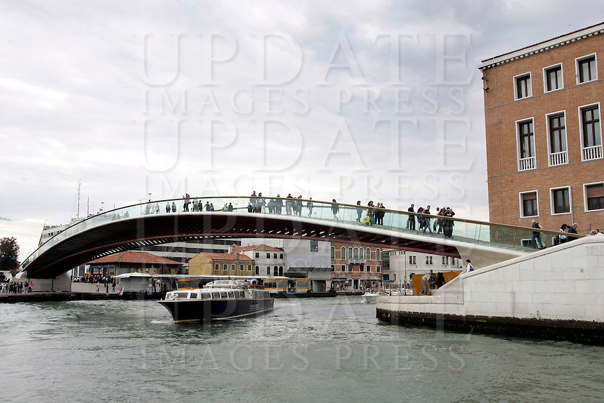 Il Ponte della Costituzione, progettato da Santiago Calatrava, sul Canal Grande a Venezia.<br /> A view of the new Ponte della Costituzione (Constitution Bridge) by Santiago Calatrava, along the Grande Canal in Venice.<br /> UPDATE IMAGES PRESS/Riccardo De Luca
