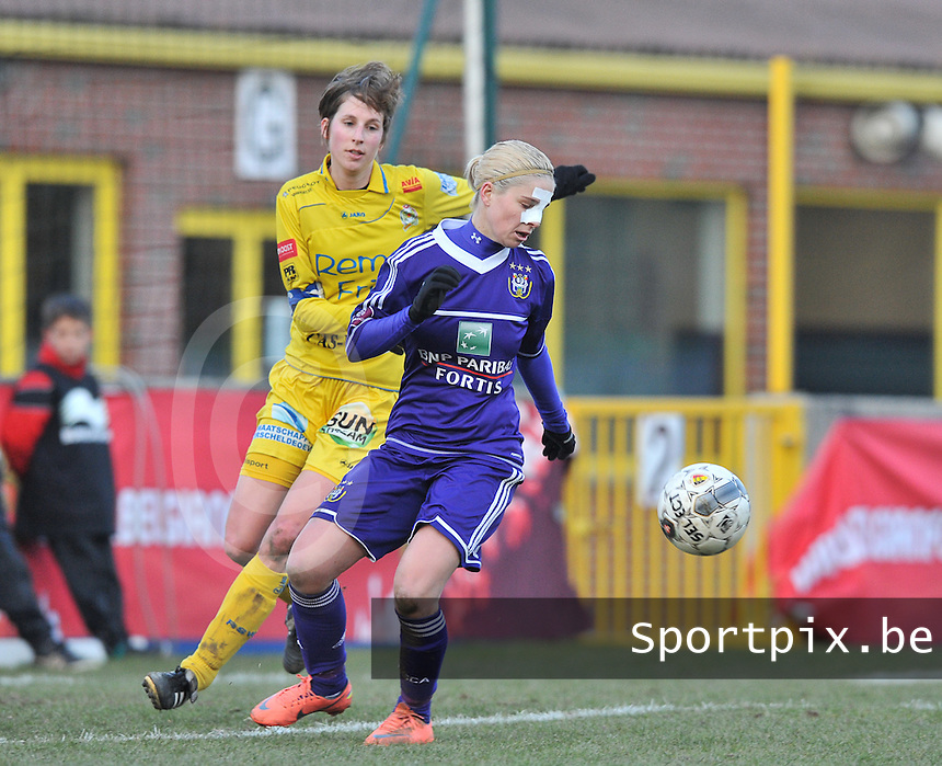 Waasland Beveren Sinaai Girls - RSC Anderlecht : Stephanie Van Gils aan de ball voor  Katrijn Windey .foto DAVID CATRY / Nikonpro.be