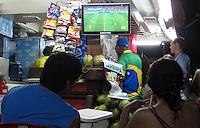 FUSSBALL WM 2014  24.06.2014 Fans schauen in einer Strandbar in Rio das WM Spiel Japan - Kolumbien im Fernsehen an.