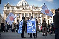Città del Vaticano, 24 Febbraio, 2013. Fedeli del Movimento Militia Christi  in Piazza San Pietro durante l'ultimo Angelus che Papa Benedetto ha dato prima delle sue dimissioni previste per Giovedì 28 Febbraio.