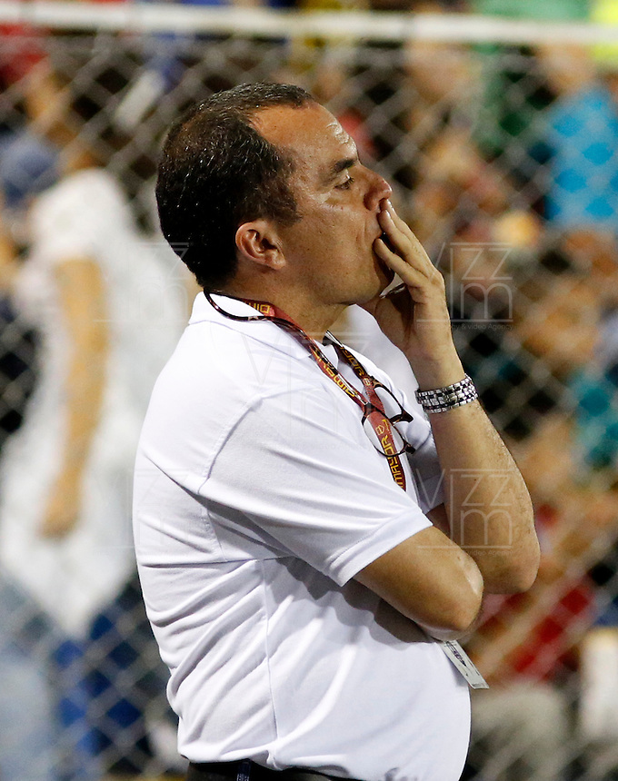 TULUA -COLOMBIA, 30-01-2015. Jaime de la Pava técnico de Cortulua gesticula durante partido con Envigado FC por la fecha 1 de la Liga Aguila I 2015 jugado en el estadio 12 de Octubre de la ciudad de Tulua./ Jaime de la Pava coach of Cortulua gestures during match against Envigado FC for the first date of the Aguila League I 2015 played at 12 de Octubre stadium in Tulua city. Photo: VizzorImage / Juan C Quintero /Str