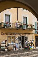 Europe/France/Provence-Alpes-Côtes d'Azur/06/Alpes-Maritimes/Alpes-Maritimes/Arrière Pays Niçois/Sospel: Devanture de la quincaillerie du village:les Comptoirs Commerciaux sur la place St-Michel