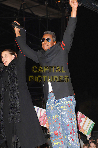 DAVINA McCALL & JERMAINE JACKSON - MUHAMMAD ABDUL AZIZ.Leaving the Celebrity Big Brother House of series five during the grand final, Elstree Studios, England..January 28th, 2007.full length black jacket arms in air sunglasses shades graffiti jeans denim 3/4.CAP/ BEL.©Tom Belcher/Capital Pictures.