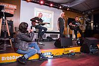 Die Punk-Band Slime spielte am Dienstag den 27. September 2017 in der Dachlounge des Berliner Radiosender &quot;radio1&quot;. Anlass war das Erscheinen der Platte &quot;Hier und jetzt&quot; am 29. September 2017.<br /> Vorne links: radio1-Moderatorin Marion Brasch. Auf der Buehne vlnr.: Slime-Gitarrist Christian Mevs, Slime-Saenger Dirk Jora und Slime-Gitarris Michael &quot;Elf&quot; Meyer.<br /> 27.9.2017, Berlin<br /> Copyright: Christian-Ditsch.de<br /> [Inhaltsveraendernde Manipulation des Fotos nur nach ausdruecklicher Genehmigung des Fotografen. Vereinbarungen ueber Abtretung von Persoenlichkeitsrechten/Model Release der abgebildeten Person/Personen liegen nicht vor. NO MODEL RELEASE! Nur fuer Redaktionelle Zwecke. Don't publish without copyright Christian-Ditsch.de, Veroeffentlichung nur mit Fotografennennung, sowie gegen Honorar, MwSt. und Beleg. Konto: I N G - D i B a, IBAN DE58500105175400192269, BIC INGDDEFFXXX, Kontakt: post@christian-ditsch.de<br /> Bei der Bearbeitung der Dateiinformationen darf die Urheberkennzeichnung in den EXIF- und  IPTC-Daten nicht entfernt werden, diese sind in digitalen Medien nach &sect;95c UrhG rechtlich geschuetzt. Der Urhebervermerk wird gemaess &sect;13 UrhG verlangt.]