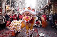 Nederland Amsterdam 2018. Chinees Nieuwjaar viering. In Amsterdam Chinatown wordt twee keer per jaar Nieuwjaar gevierd : op de eerste winkeldag na 1 januari en tijdens het officiele Chinese Nieuwjaar , dat een paar weken later plaatsvindt. Tijdens de viering van Chinees Nieuwjaar worden er leeuwendansen opgevoerd . Leeuw sproeit water op de Zeedijk.  Foto Berlinda van Dam / Hollandse Hoogte
