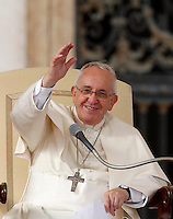 Papa Francesco tiene l'udienza generale del mercoledi' in Piazza San Pietro, Citta' del Vaticano, 5 novembre 2014.<br /> Pope Francis attends his weekly general audience in St. Peter's Square at the Vatican, 5 November 2014.<br /> UPDATE IMAGES PRESS/Riccardo De Luca<br /> <br /> STRICTLY ONLY FOR EDITORIAL USE